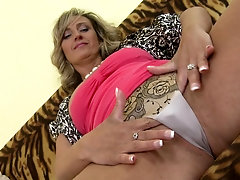 Smoking hot Jarolina D. has enough time to try out a new toy
