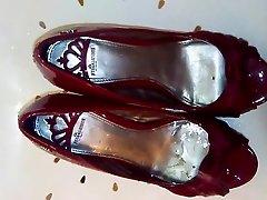 HeelGoddess's red heels pissed