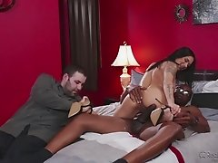 Hot cuckolding sex with a BBC banging her white pussy