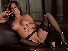 Romantic busty sweetheart Sunny Leone has nothing against tickling pussy